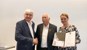 Günther Malisius (Mitte) mit der Geschäftsführerin der Reinhold-Maier-Stiftung, Johanna Hasting, und Jürgen Morlok